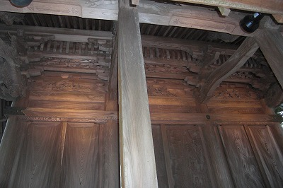 本殿の彫刻(右と左は海馬).jpg