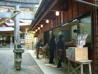 速川神社でお守りを買う.jpg