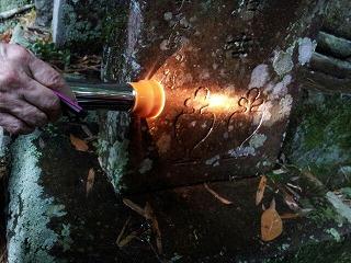 墓石に聖杯.jpg